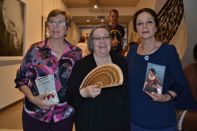 Las escritoras junto a Pilar Dolz, autora de los dibujos